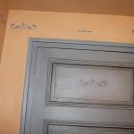 porte patinée et pochoir bleu ev
